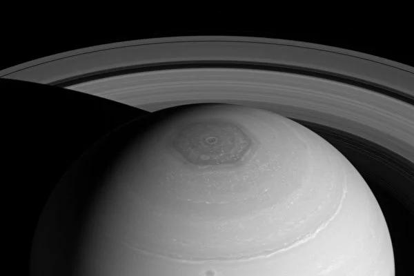 土星不簡單,有星環、六角形雲團等未解之謎。(NASA/JPL-Caltech/Space Science Institute/Hampton University)