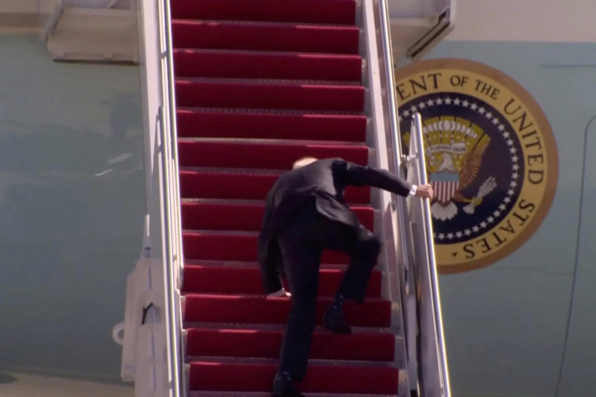 biden-stairs-fall-airforce-one-5
